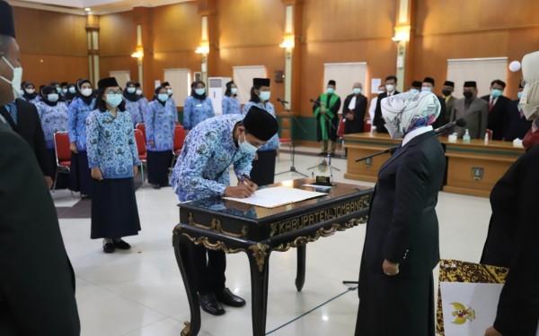 Bupati Jombang Mundjidah Wahab saat melantik PNS dan pejabat fungsional di lingkup Pemkab Jombang. (Foto : Dokumentasi Diskominfo Jombang)