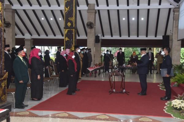 Bupati Malang HM Sanusi (kanan depan mic) saat membacakan sumpah jabatan kepada ASN yang dilantik (foto: Humas Pemkab Malang)