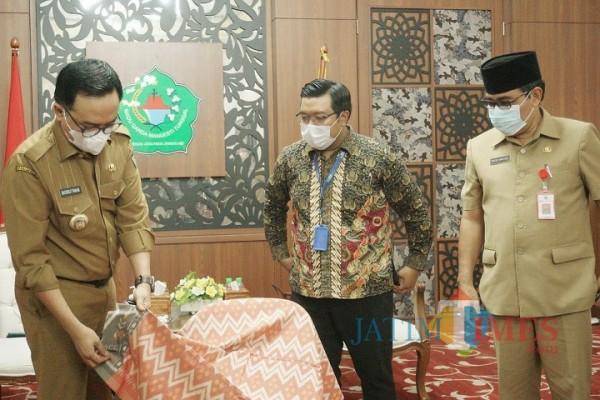 Bupati Pamekasan Baddrut Tamam saat menunjukkan sarung hasil produk WUB Pamekasan (Foto: Rozy/PamekasanTIMES)