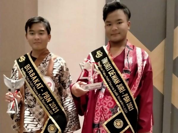 Dandy (kanan) dan Riza, dua siswa asal Kabupaten Malang yang meraih prestasi di ajang Pesona Batik Nusantara 2021 (foto: Istimewa)