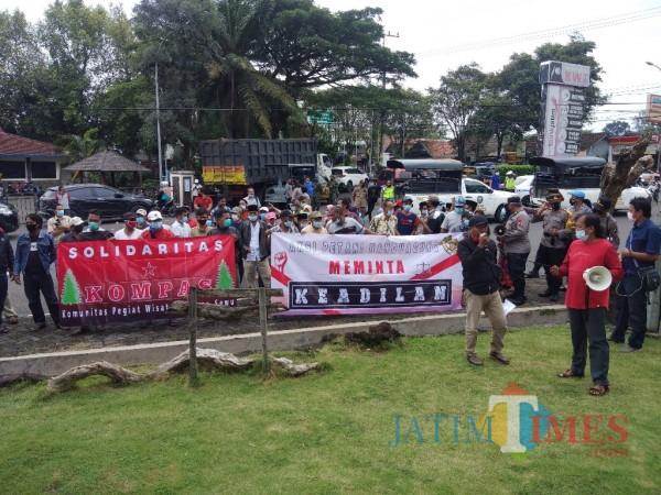 Demo di kantor DPRD Kabupaten Lumajang ( Foto : Asmadi /Jatime TIMES)