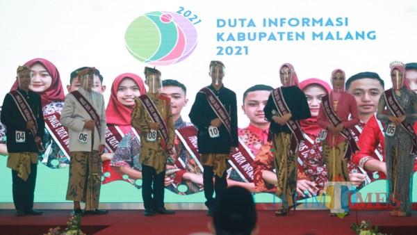 Finalis Duta Informasi saat ditampilkan di atas panggung (foto: Hendra Saputra/MalangTIMES)