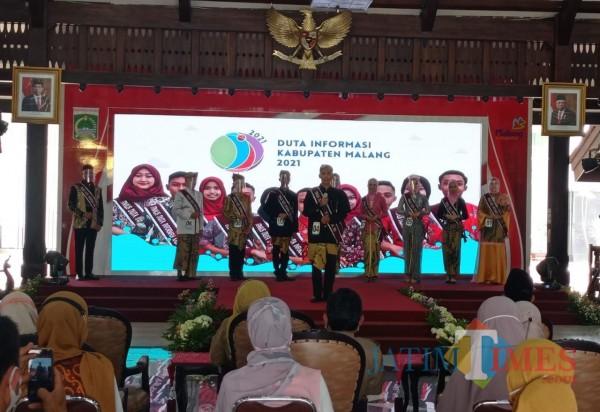 Finalis Duta Informasi saat menyampaikan presentasi nya (foto: Hendra Saputra/MalangTIMES)