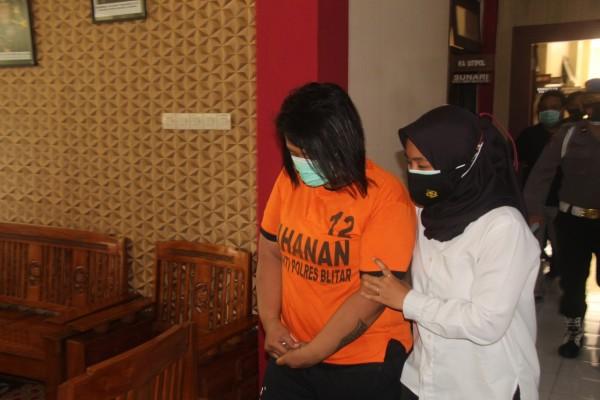 Janda muda berinisial EL diamankan Satresnarkoba Polres Blitar. (Foto : Humas Polres Blitar)