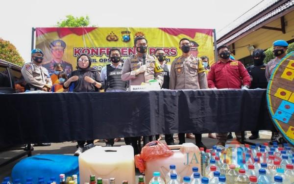 Kapolres Jombang AKBP Agung Setyo Nugroho saat menyampaikan pers rilis hasil ungkap operasi pekat semeru 2021. (Foto : Adi Rosul /JombangTIMES)