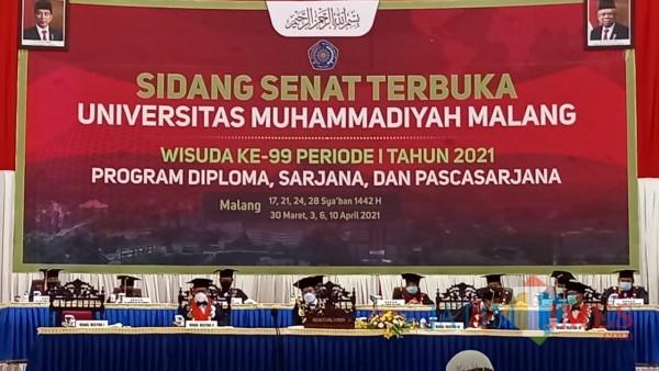 Rektor UMM, Dr. M Fauzan, M.Pd (tengah) dalam prosesi wisuda offline UMM ke-99 periode 1, Selasa (6/4/2021) (Foto: Reynaldi F/MalangTIMES)