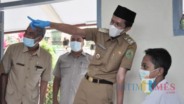 Saat Wakil Bupati Trenggalek Syah Muhammad Natanegara datangi sekolah yang sudah menerapkan pembelajaran tatap muka (Ganez Radisa/TrenggalekTIMES)