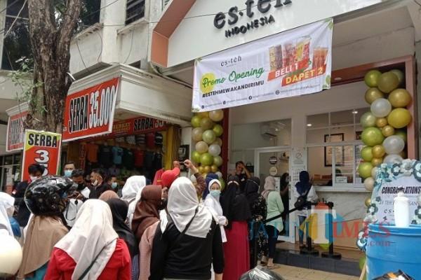 Sejumlah pembeli saat antre di depan Outlet Es Teh Indonesia cabang Pamekasan Jl. Trunojoyo (Foto: Rozy)