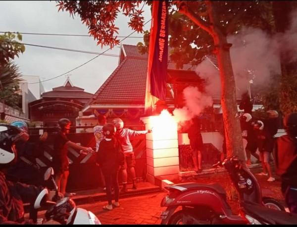 Tampak beberapa orang tidak dikenal menyalakan flare didepan rumah dinas Wali Kota Malang Sutiaji, Senin (5/4/2021). (Foto: Instagram @pembangkang_2lisme)