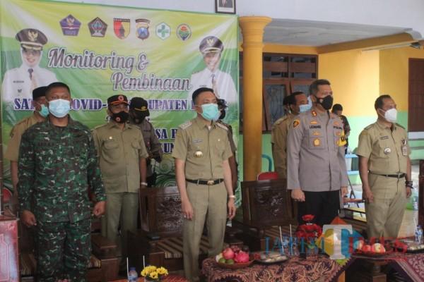 Wabup Blitar Rahmat Santoso memimpin monitoring dan pembinaan Satgas Covid-19 Tingkat Desa.(Foto : Aunur Rofiq/BlitarTIMES)