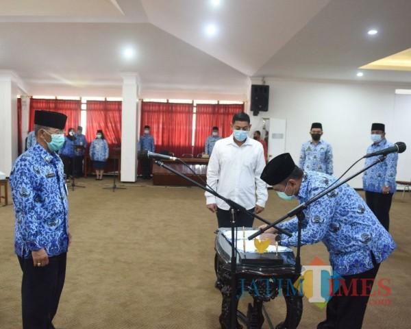 Wali Kota Kediri Abdullah Abu Bakar saat mengukuhkan Dewan Pengurus Korpri Kota Kediri. (ist)