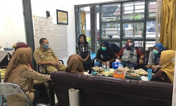 Beberapa aktivis perempuan yang mengawal kasus pencabulan dosen saat koordinasi di kantor DP3AKB (foto : LPM Impersial Unej / Jatim TIMES)