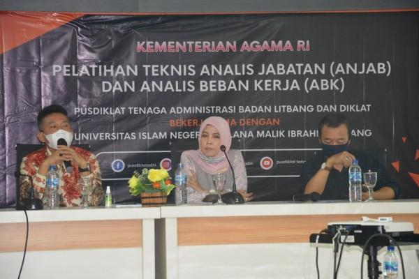 Dari kiri, Dewan Pengawas UIN Maliki Malang, Prof Dr Phil H Muhammad Nur kholis Setiawan MA dan Wakil Rektor Bidang AUPK Dr Ilfi Nurdiana MSI (Ist)