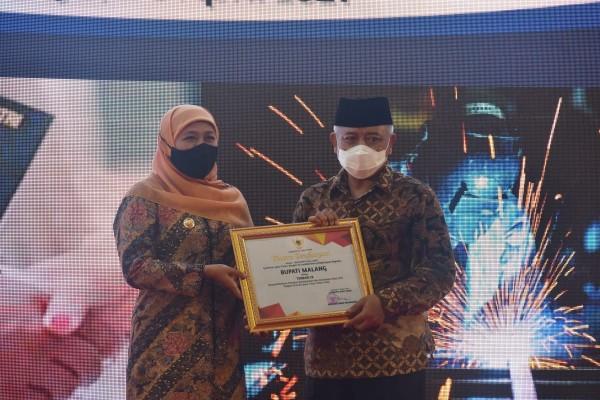 Gubernur Jawa Timur, Khofifah Indar Parawansa (kiri) saat menyerahkan penghargaan Pembina K3 terbaik kepada Bupati Malang HM Sanusi (foto: Humas Pemkab Malang)