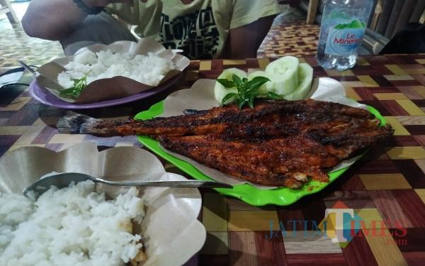 Kakap putih atau Ikan Awon-Awon Bakar di Pantai Sidem / Foto : Anang Basso / Tulungagung TIMES