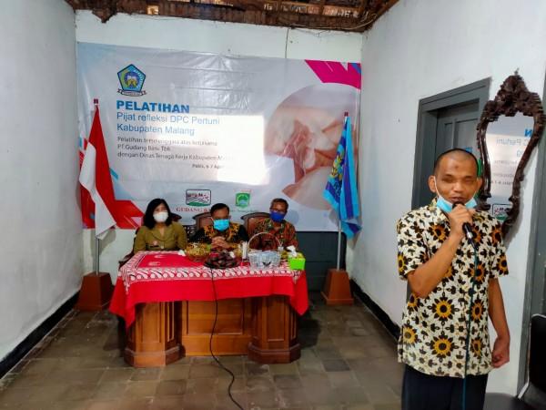 Kepala Disnaker Kabupaten Malang, Yoyok Wardoyo (duduk pegang mic) saat memberikan sambutan kepada penyandang disabilitas (foto: istimewa)
