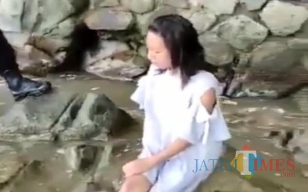 Sosok wanita yang viral termenung di pantai Trenggalek. (Tangkapan layar video @ndorobeii)