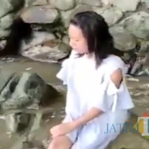 Viral Wanita Muda Baju Putih Termenung di Pantai, Disebut Kesurupan