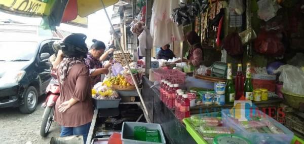 Suasana Pasar Besar Kota Batu, Rabu (7/4/2021) (foto: Mariano Gale/Jatim Times)