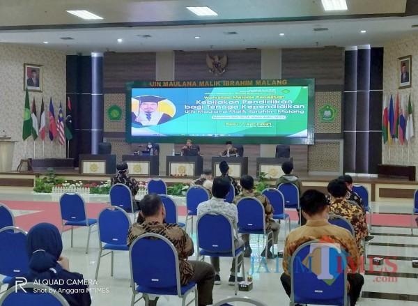Suasana saat para tenaga pendidik mengikuti workshop Metode Penelitian (Metpen) kebijakan pendidikan bagi tenaga pendidikan (Anggara Sudiongko/MalangTIMES)