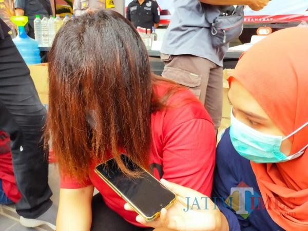Tersangka BY diamankan Polres Blitar Kota. (Foto: Aunur Rofiq/BlitarTIMES)