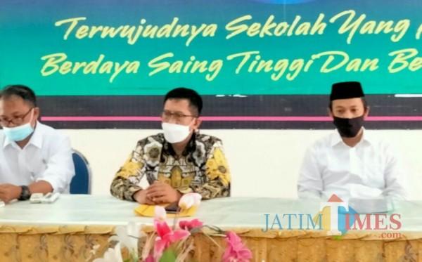 Drs. H. Suigsan (tengah), Ketua DPD Golkar Kabupaten Lumajang (Foto : Moch. R. Abdul Fatah / Jatim TIMES)