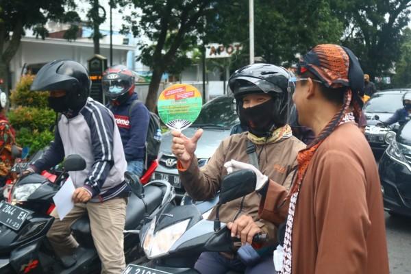 Sosialisasi anti gratifikasi pernikahan kepada pengendara motor di Kota Malang. (Foto: Istimewa).
