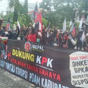 Dukung KPK, Puluhan Aktivis Gepal Geruduk Kantor PDAM Gresik