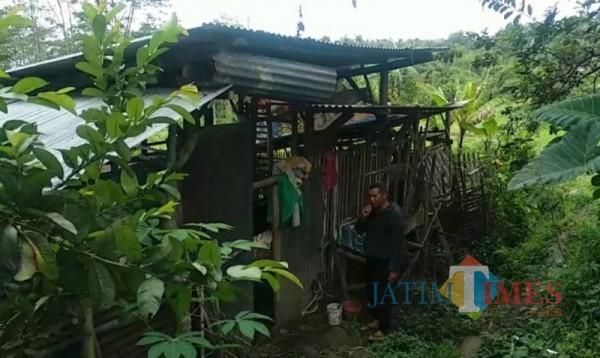 Suasana kandang kambing milik Priyanto yang berada di Dusun Jeding, Desa Junrejo, Kota Batu, Kamis (8/4/2021) (foto: Mariano Gale/Jatim Times)