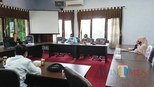 Suasana rapat Komisi I DPRD Trenggalek dengan kabag hukum Setda Trenggalek. (Foto: Ganez/JatimTIMES)