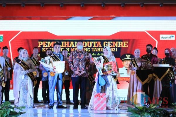 Wakil Bupati Malang, Didik Gatot Subroto, bersama Finalis Duta Genre Kabupaten Malang 2021, Kamis (8/4/2021) di Pendopo Kabupaten Malang (Foto: Fery/ MalangTIMES)