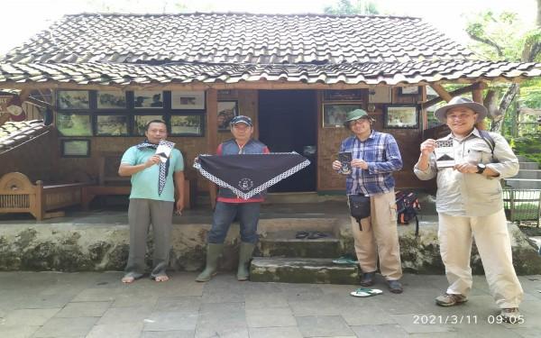 Agus Utomo, pengelola Gunung Budheg saat bersama tim Survey Geologi / Foto : Istimewa / Tulungagung TIMES