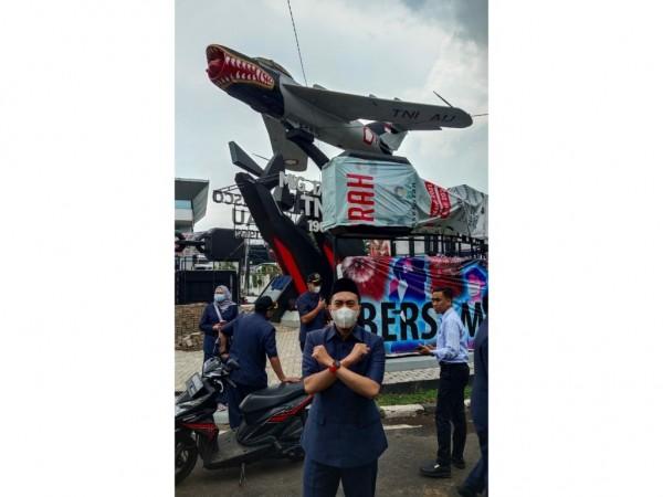 Anggota Komisi A DPRD Kota Malang, Akhdiyat Syabril Ulum saat meninjau kawasan Tugu Pesawat Sukarno Hatta yang dipasang reklame iklan rokok. (Foto: Istimewa).