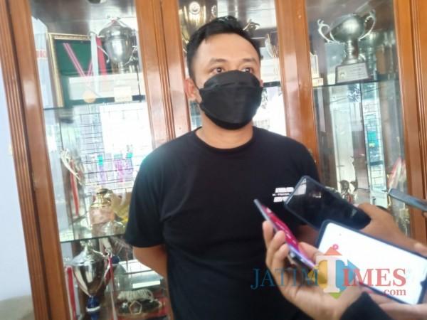 Media Officer Persik Kediri Anwar Bhahar Bassalamah saat memberikan keterangan (eko arif s/KediriTIMES)
