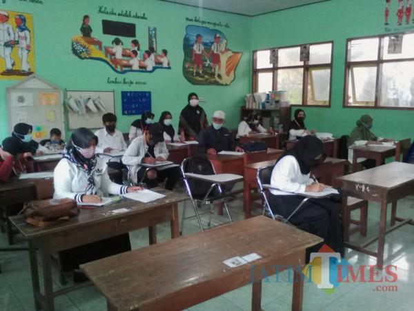 Peserta UPK Kejar Paket B PKBM Mitra saat memulai mengerjakan soal ujian (Nurhadi/BanyuwangiTIMES)