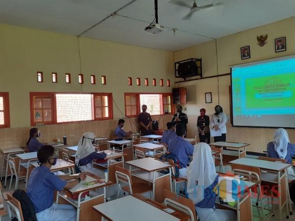 Simulasi pembelajaran tatap muka siswa SMP di salah satu sekolah di Kota Malang beberapa waktu lalu. (Arifina Cahyanti Firdausi/MalangTIMES).