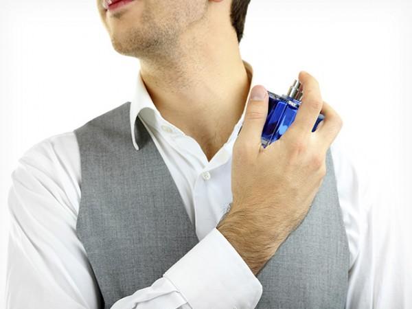 Ilustrasi pria menggunakan parfum (Foto : Internet)