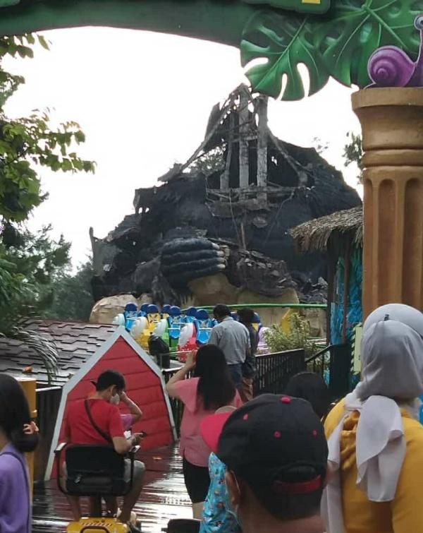 Patung Gorila di Secret Zoo Jatim Park 2 roboh, Sabtu (10/4/2021) (foto: istimewa)