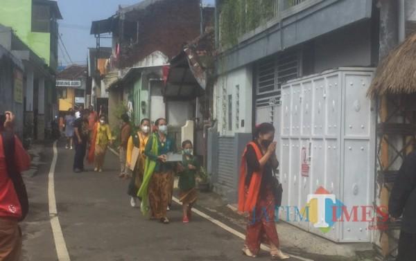 Perempuan-perempuan bersanggul dan kebaya dalam acara menyambut Megengan Mapag Wulan Poso, Kampung Budaya Polowijen (10/04/2021)