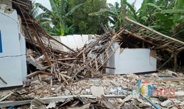 Salah satu rumah yang hancur karena gempa bumi siang tadi (Foto : Netizen / JatimTIMES)