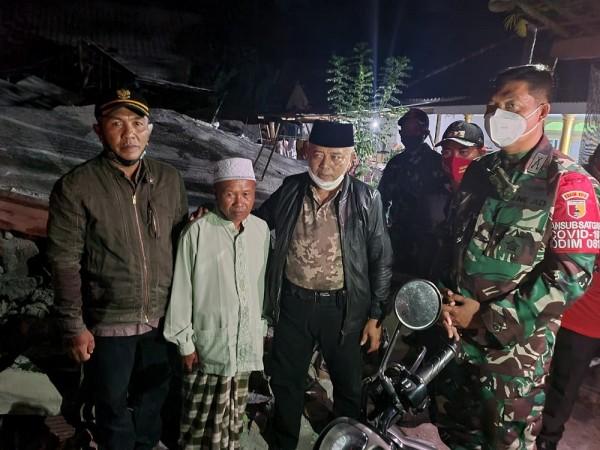 Sanusi saat melihat dan mengunjungi salah satu korban gempa di Desa Taman Sari, Kecamatan Ampelgading (Foto: Dok. Pemkab Malang)