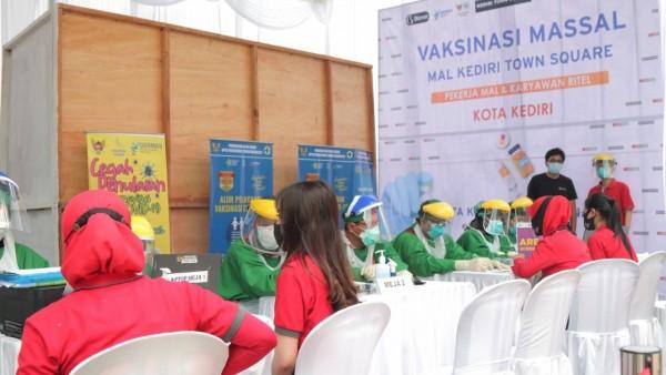 Vaksinasi karyawan Kediri Town Square Kota Kediri. (Foto: Ist)