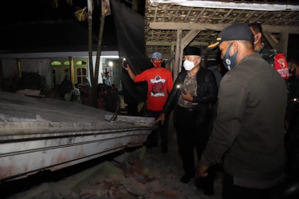 Bupati Malang HM Sanusi (pakai jaket hitam kulit) saat meninjau korban gempa di Kecamatan Ampelgading, Sabtu (10/4/2021) kemarin (foto: Humas Pemkab Malang)