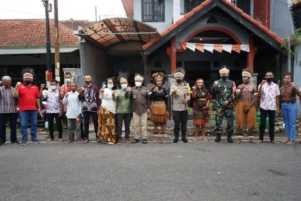 Forkopimda Kota Malang yang berkolaborasi dengan mahasiswa Papua (Foto: Humas Pemkot)