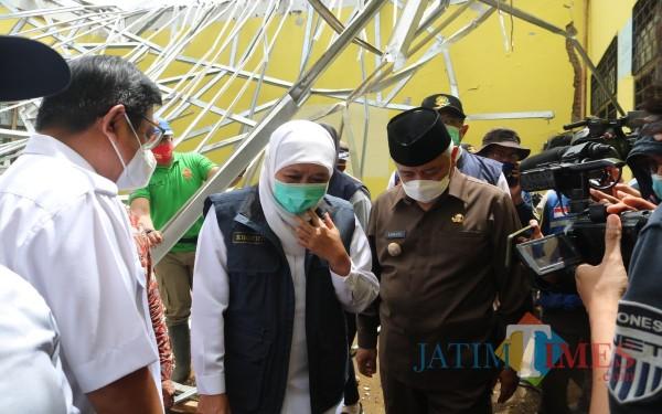 Gubernur Jatim Khofifah (tengah) bersama Bupati Malang Sanusi saat memantau kondisi ruang kelas MAN 2 Malang paska gempa, Minggu (11/4/2021) (Foto: Fery/ MalangTIMES)