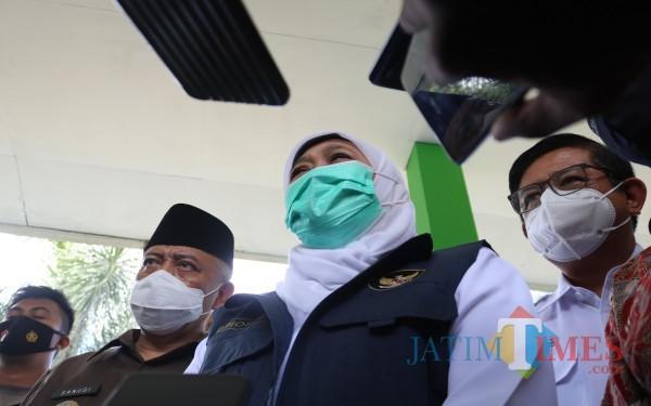 Gubernur Jatim Khofifah (tengah) saat memantau kondisi ruang kelas MAN 2 Malang paska gempa, Minggu (11/4/2021) (Foto: Fery/ MalangTIMES)