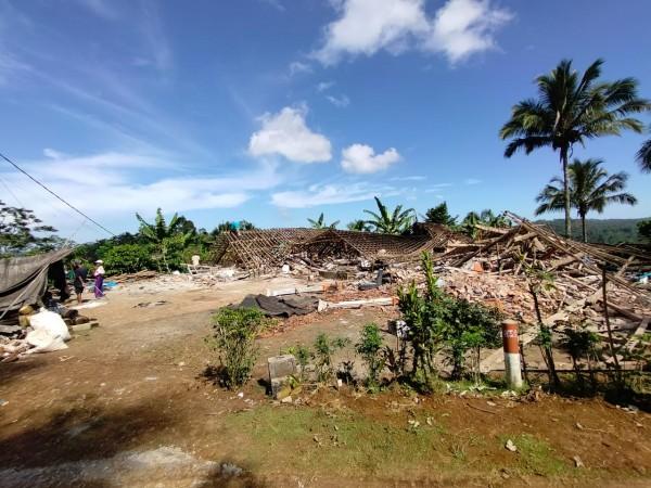 Kondisi salah satu rumah yang roboh akibat gempa di Desa Wirotaman, Kecamatan Ampelgading, Kabupaten Malang (foto: istimewa)