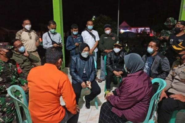 Mentri Tri Rismaharani Saat menyapa sejumlah penngungsi di Kecamatan Pronojiwo (Kemensos)