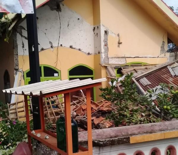 Sebuah rumah di Kabupaten Blitar rusak akibat gempa bumi.(Foto : Ist)