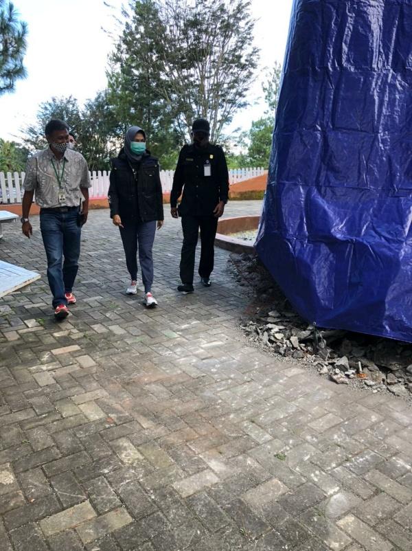 Wali Kota Batu Dewanti Rumpoko (tengah) berkunjung dan melihat kondisi patung gorila yang roboh di JTP 2, Kota Batu, Minggu (11/4/2021). (Foto istimewa)